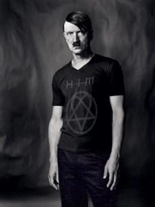Hitler nel suo periodo emo, dopo essere stato rifiutato all'accademia.